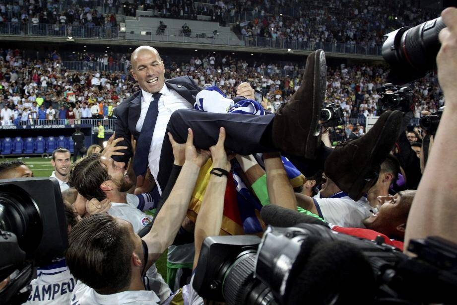 Zidane porté en triomphe après le match contre Malaga (2-0).