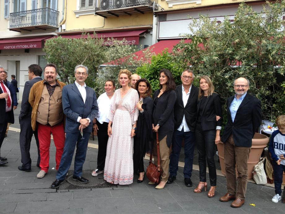 Anne Akrich (tunique noire et pantalon beige), entourée des membres du jury, de Nicole et d'Anne-Laure Rubi. Quand La Petite Maison se met à la page, l'histoire finit bien.