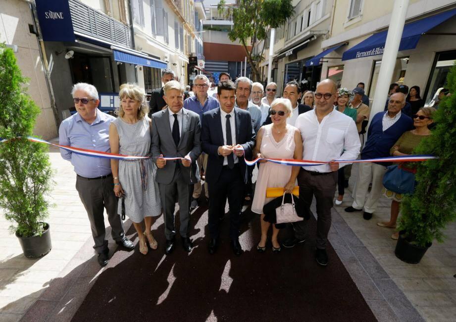 Le maire David Lisnard, ses adjoints Gilles Cima et Françoise Bruneteau ont inuaguré hier cette rue pietonne en présence des riverains.
