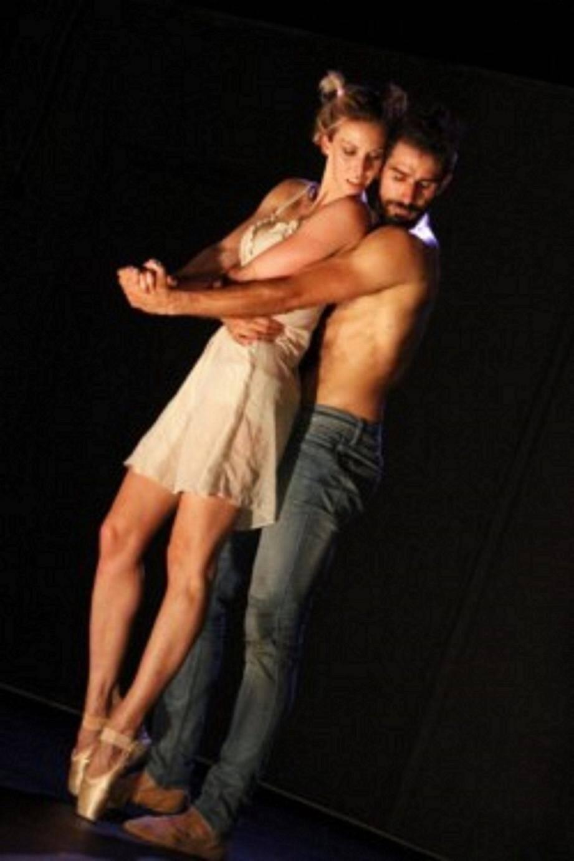 Octavio de la Roza et sa danseuse dans un jeu de séduction et de sensualité durant le spectacle  Voulez-vous danser, Gainsbourg ? à la Terrasse des Arts. (J.M.)