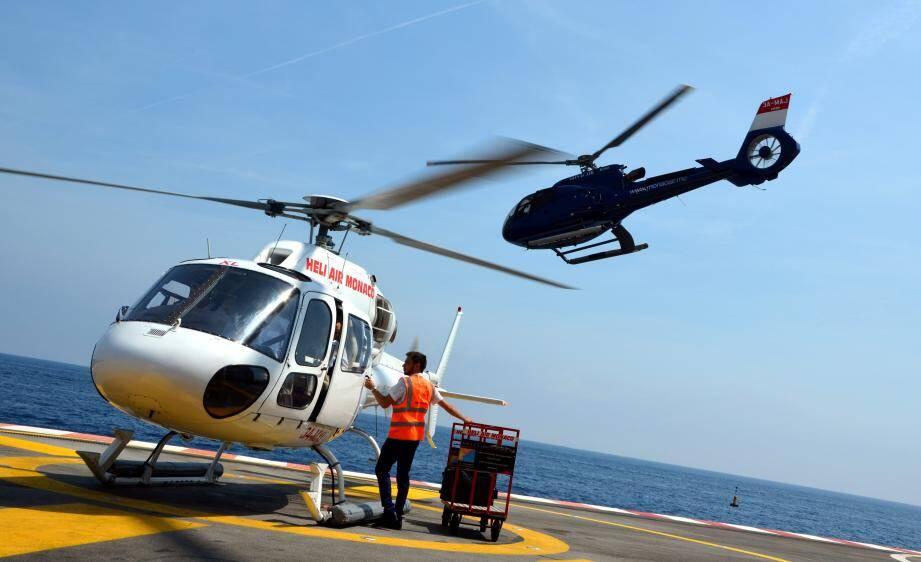 Quatre compagnies aériennes officient sur l'héliport de Monaco. Pour des tarifs, en vol partagé, oscillant entre 200 et 450 euros l'aller-retour entre Nice et Monaco.