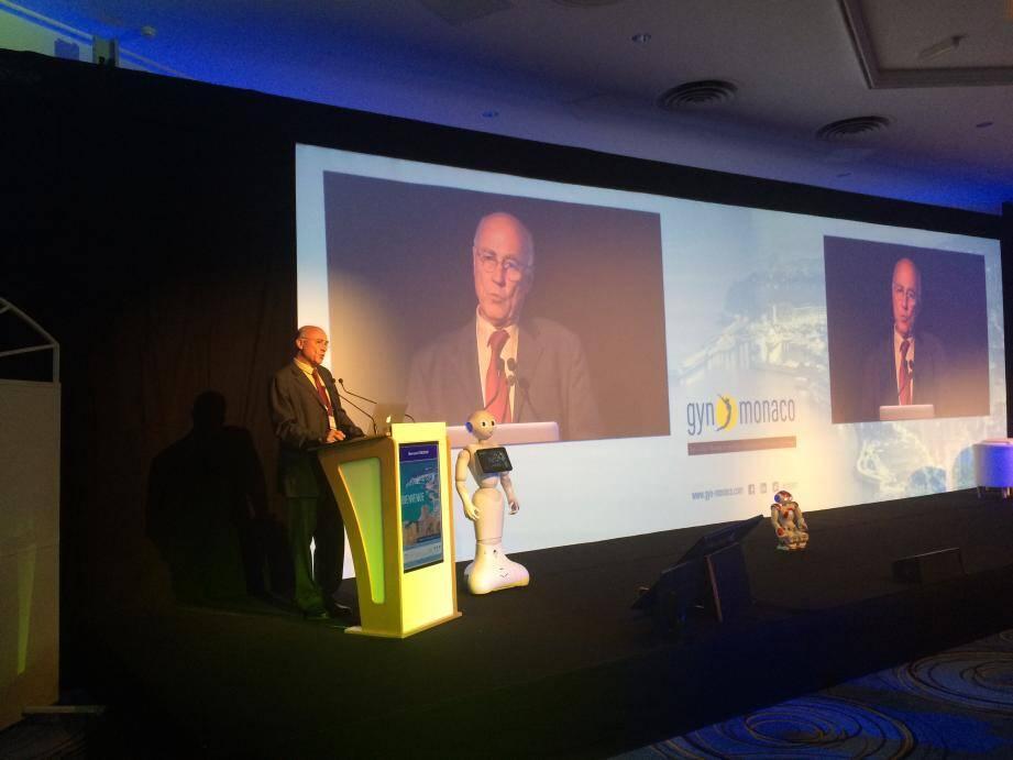 Le Pr Bernard Hédon, président du congrès, souligne l'importance de la technologie pour toutes les spécialités de la gynécologie.