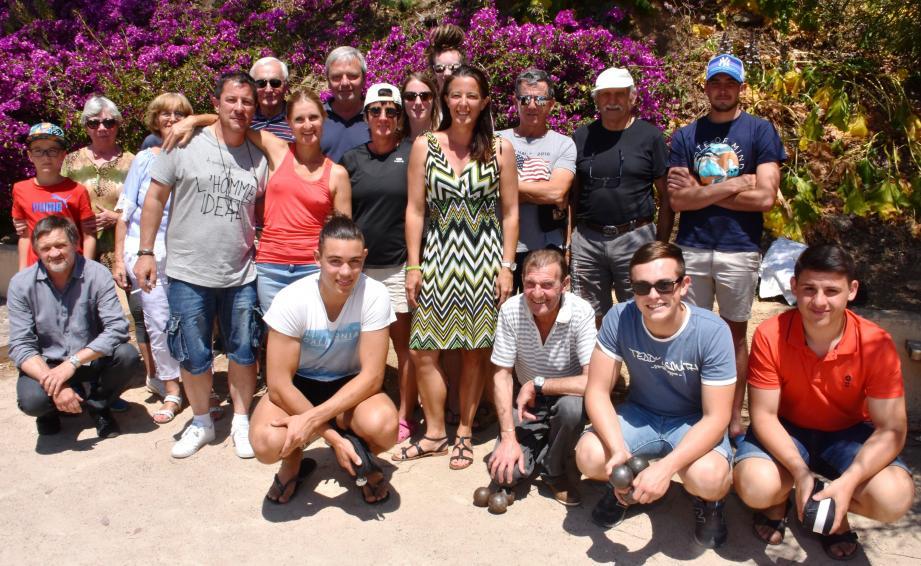 Les équipes des joyeux boulistes réunis autour d'Agnès Bohem (au centre), la vice-présidente du COF et organisatrice de cette manifestation.