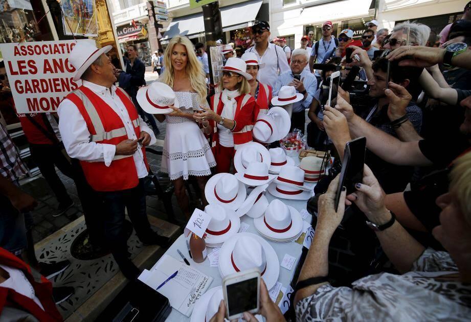 À l'arrivée du mannequin suédois, les chapeaux se sont vendus comme des petits pains au stand de l'association des Anges gardiens de Monaco.