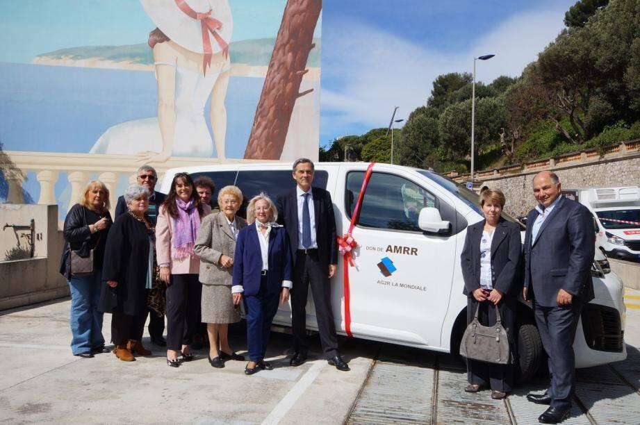 Le nouveau véhicule a été remis au CCAS lors d'une cérémonie sur le parking de la mairie.