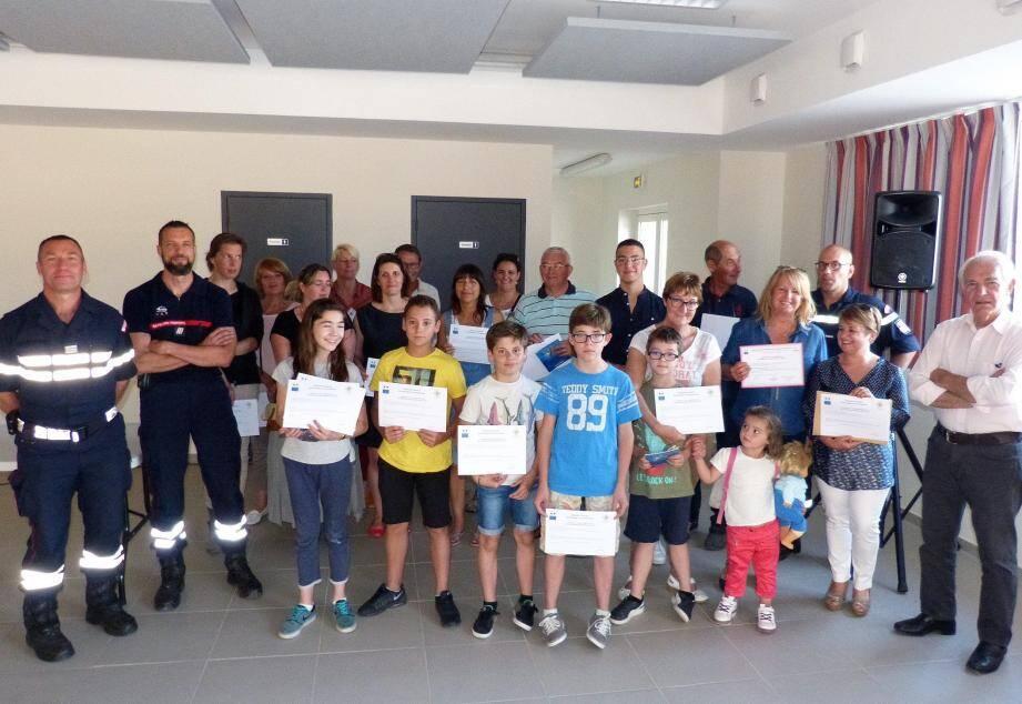 Les diplômes présents lors de la petite réception à l'issue de laquelle un rafraîchissement a été offert par la commune.
