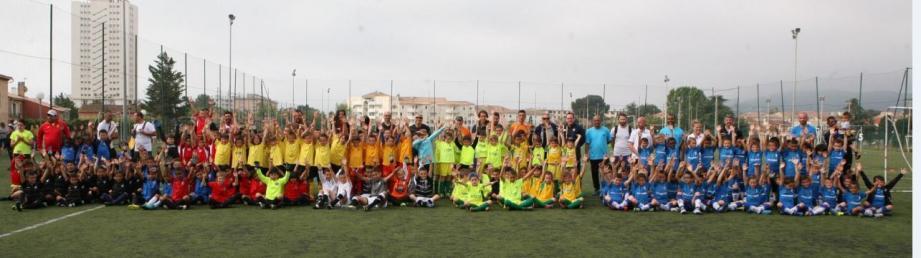 Une partie des 34 jeunes équipes, avec leurs entraîneurs, sur le stade Squillacci.