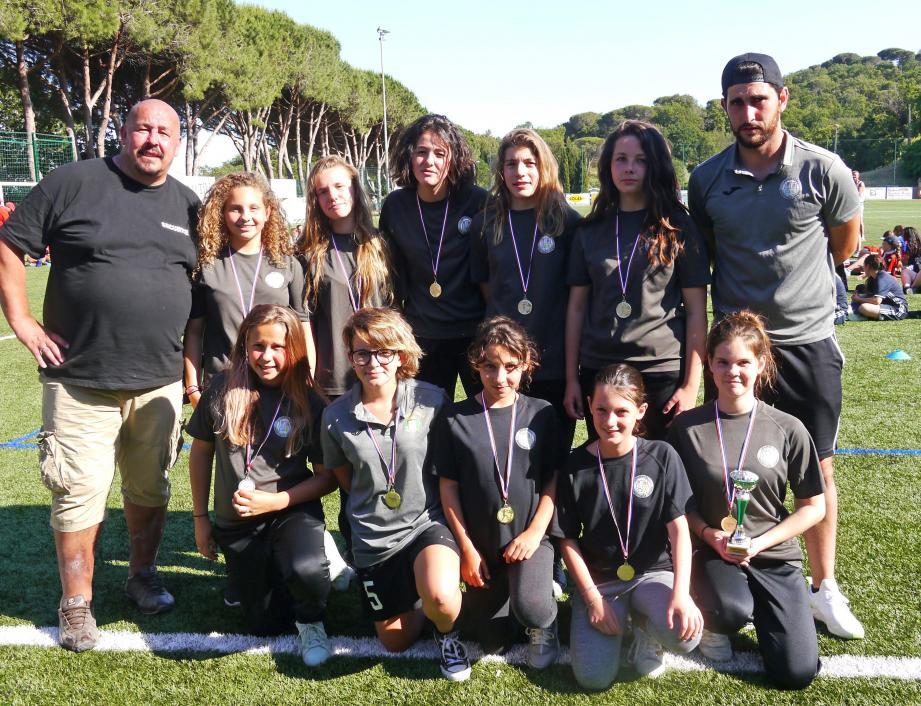 L'équipe féminine FC Ramatuelle U15 avec leurs entraîneurs Kevin Sérignac et Jacky Sabir.