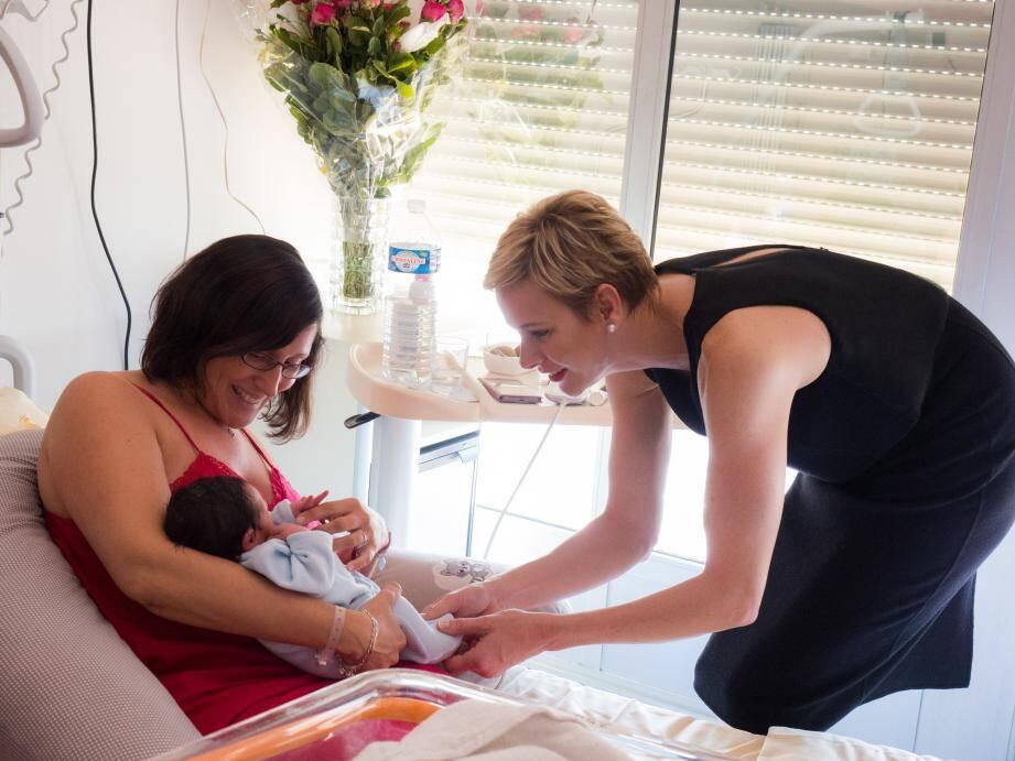 Venue offrir des cadeaux aux mamans, la princesse Charlène a pris du temps pour échanger avec elles.