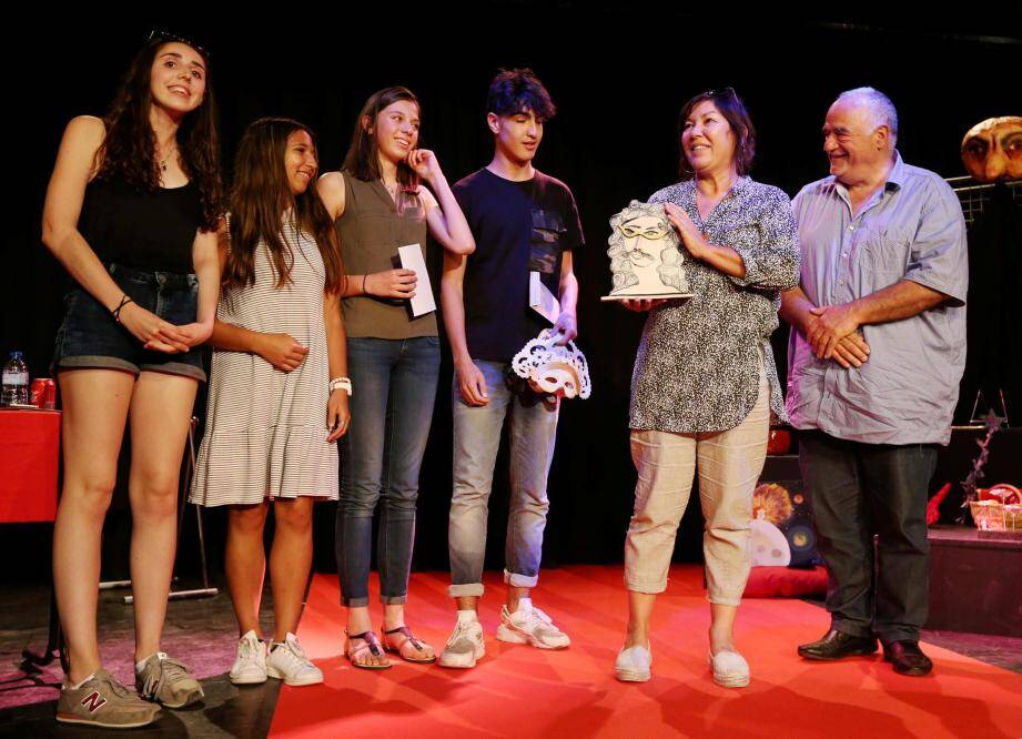 Les Raphaëlois ont remporté dimanche le Mistral d'or, dans la catégorie lycée, au Mai théâtral de Villecroze. Un prix que le maire du village, Rolland Balbis (à droite), a remis à leur professeur, Martine Raux.