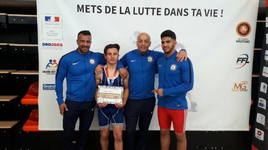 Entouré de son entraîneur Mohamed Abaied (à sa droite) et de son président Morad Yacoub (à sa gauche), Rémy Bettoni rejoindra Adnen Kaddouri (à l'extrême droite) au Pôle France lors de la prochaine rentrée.