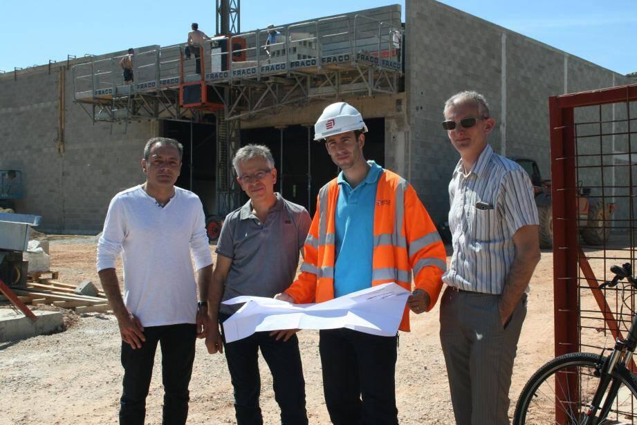 Réunion sur le chantier du supermarché avec André Apkarian (2e à gauche) et Sébastien Bourlin.