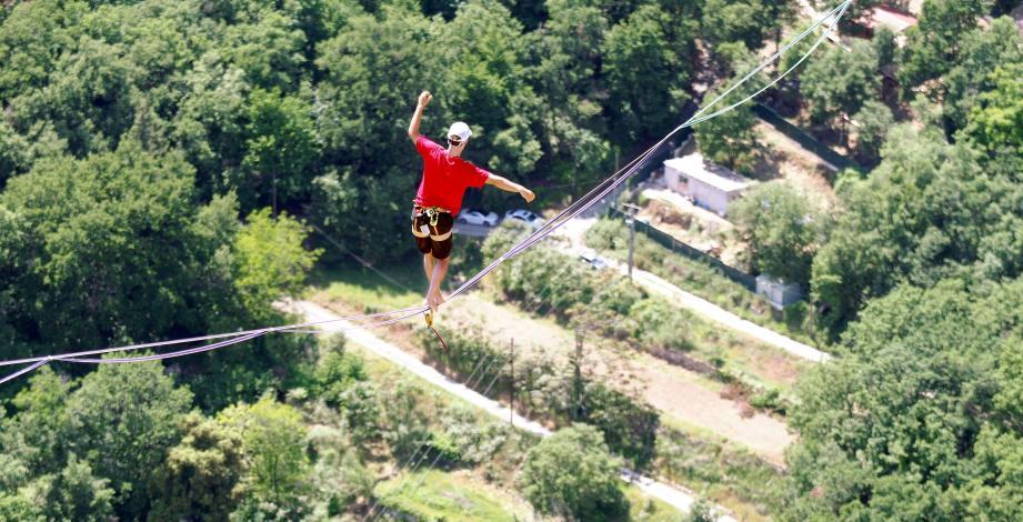 Tentative record du monde de Highline avec Friedi Kühne.1500m atteint au lieu des 1600m du défi.La plus longue et lourde highline du monde a été installée entre les Baous de Saint-Jeannet et de VenceLa slack mesure 1.600 m pour 300 kg.