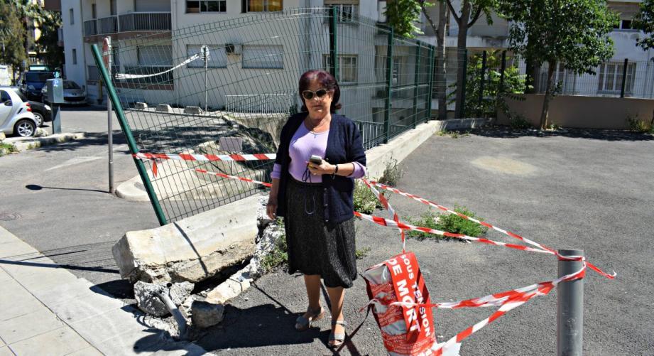 Danielle Degoulle devant le lieu du dernier accident.