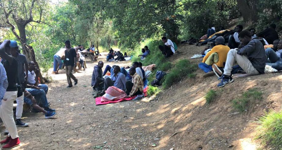 Les demandeurs d'asile se sont installés dans le parc d'Estienne-d'Orves.