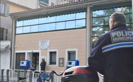 Les policiers municipaux devant l'école Marie-Joseph, à Nice.