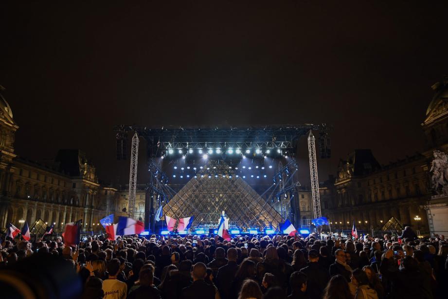 La foule lors du discours d'Emmanuel Macron ce dimanche soir dans la cour du Louvre