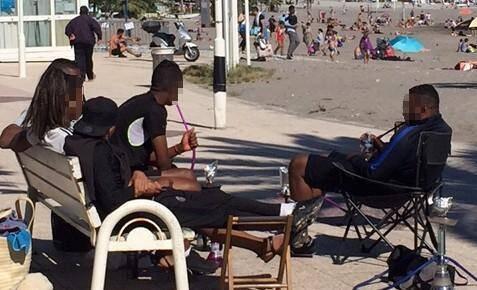 Illustration de personnes qui fument la chicha aux abords d'une plage