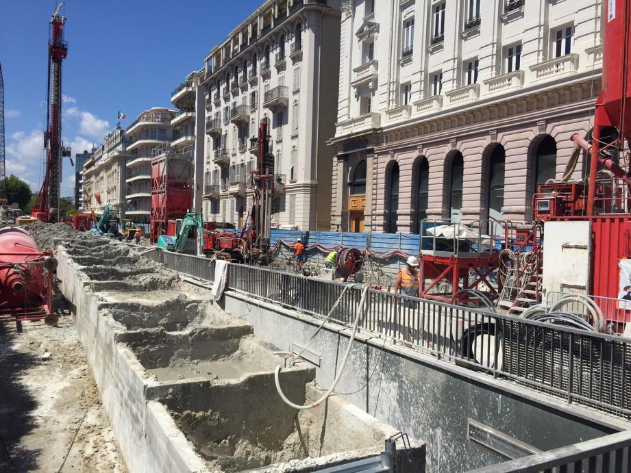 Au début du boulevard Victor-Hugo, des nuisances sont encore à attendre en raison des travaux de création de la station souterraine et de la destruction de l'actuelle dalle.