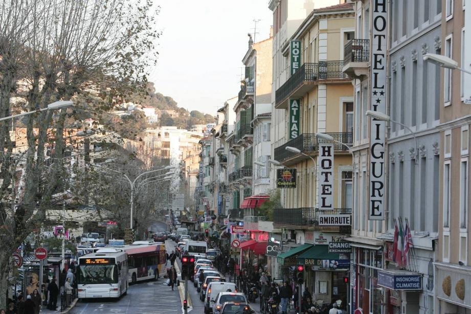C'est dans le quartier de la gare de Cannes que la malheureuse octogénaire a été giflée
