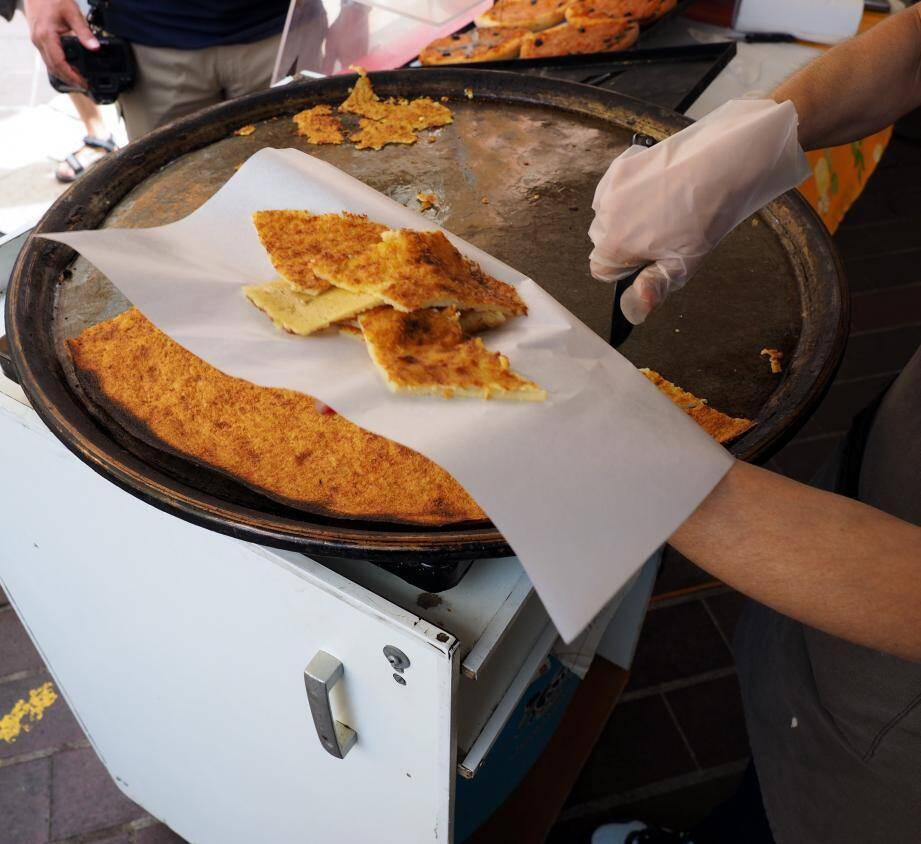 La socca, plat traditionnel niçois.