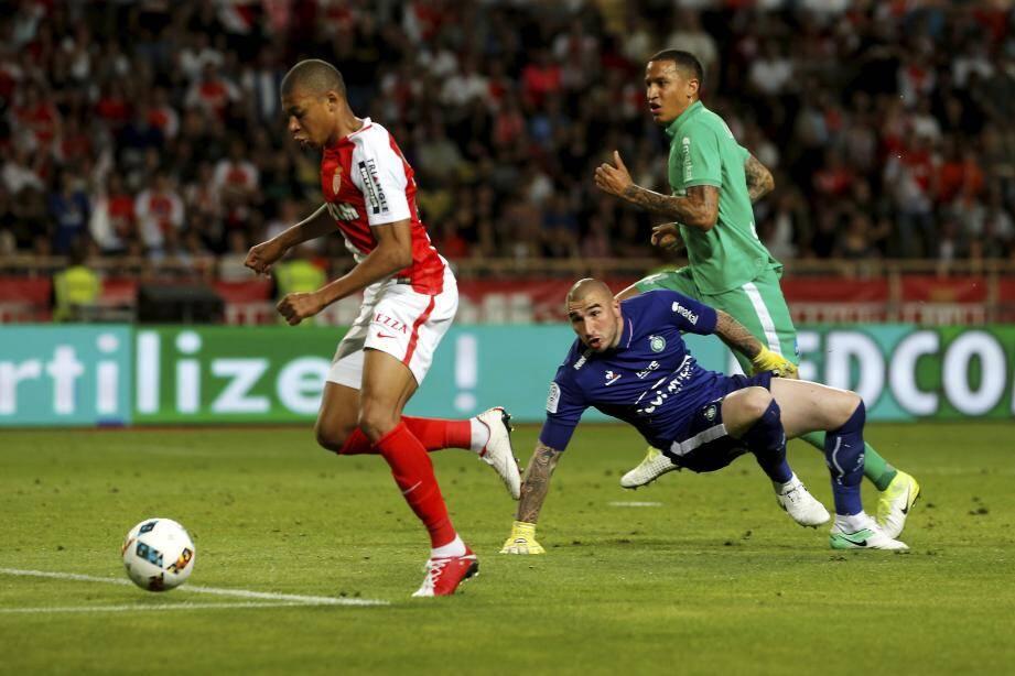 Mbappé file au but.