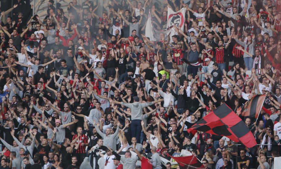 Des supporters niçois à l'Allianz Riviera.
