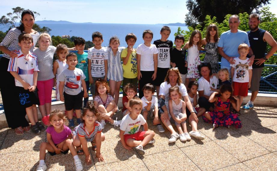 Les jeunes élèves en compagnie des éducateurs et du responsable municipal Jean-Pierre Boémare (2e à droite).