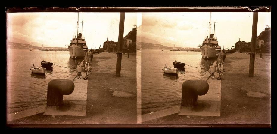Germaine et Yvonne Savard, photographiées sur le quai du Commerce en 1925. Un document familial qui alimente aussi le fonds des Archives audiovisuelles