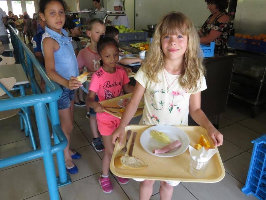 Les élèves mangeant à la cantine quotidiennement ont été invités. Des chiffres concrets qui ont servi de base aux pédagogues pour expliquer et démontrer aux enfants le gaspillage alimentaire.