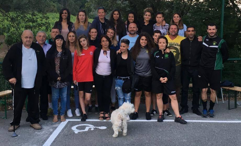 Le groupe filles du FCR avec les dirigeants et les entraineurs: en forme ! A droite : Hervé Valenza aux côtés de Redouane Hamou.