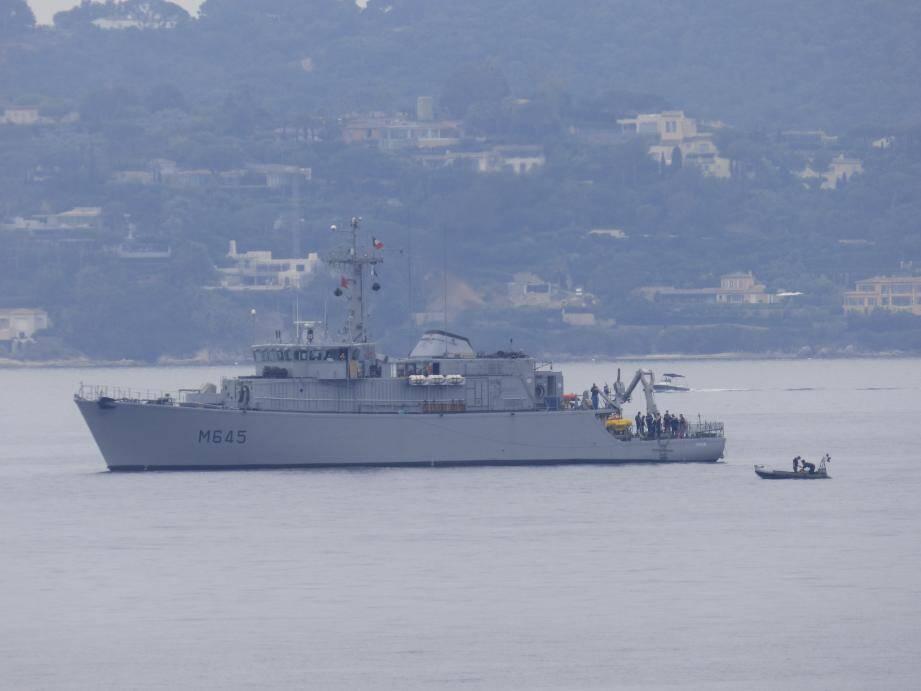 La corvette Orion et ses cinquante hommes à bord procèdent à l'accrochage et à la remontée de la torpille.