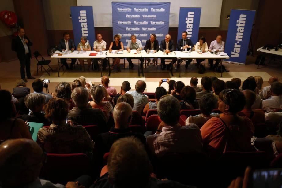 Les candidats réunis hier soir lors du débat Var-matin, animé par le rédacteur en chef Patrice Maggio (debout) (à table, de gauche à droite) : Laurent Lopez (SE), Hélène Delage (LO), Cédric Carasco (UPR), Valérie Gomez-Bassac (REM), Denis Joly (FI), Didier Cade (SE), Marc Lauriol (LR), Jérôme Rivière (FN), Cécile Laublet (PS/EELV) et Laurent Carratala (PC/FdG).