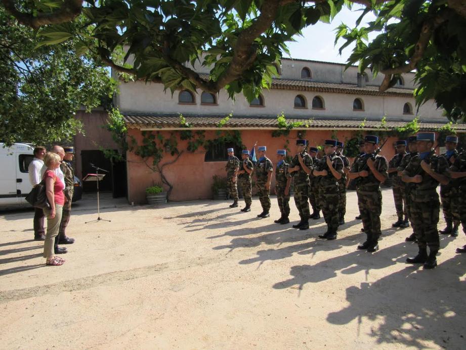Réception militaire pour les autorités locales.