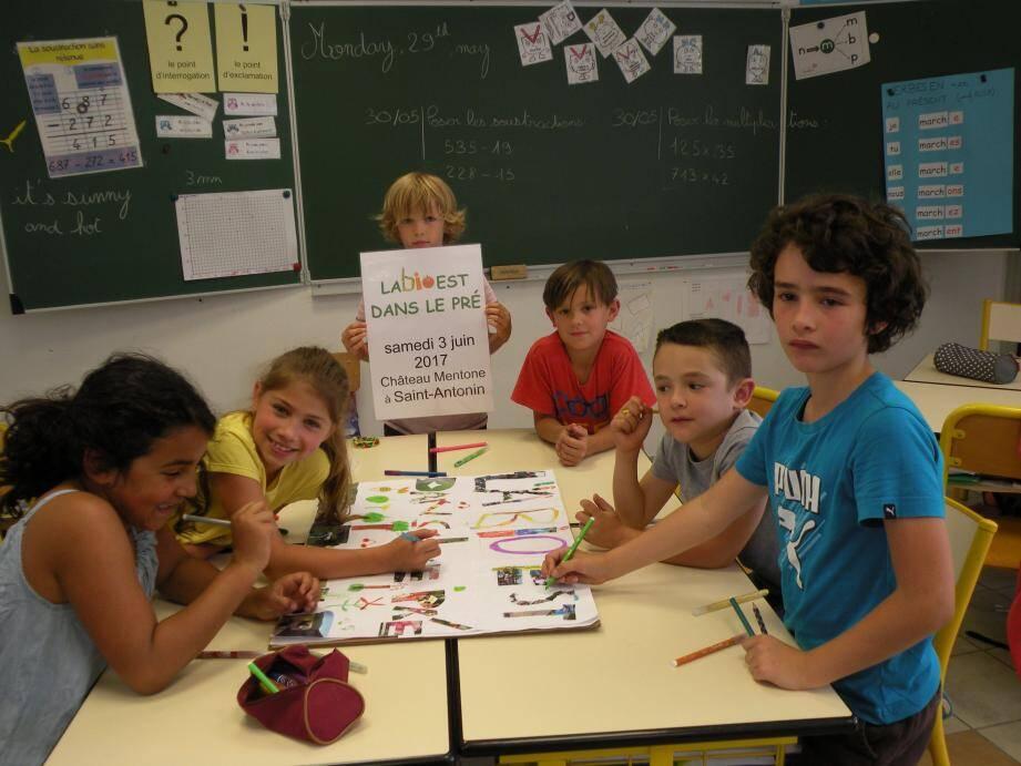 Les élèves de la classe CP/CE1/CE2 de  Justine Aillaud réalisant leur affiche.