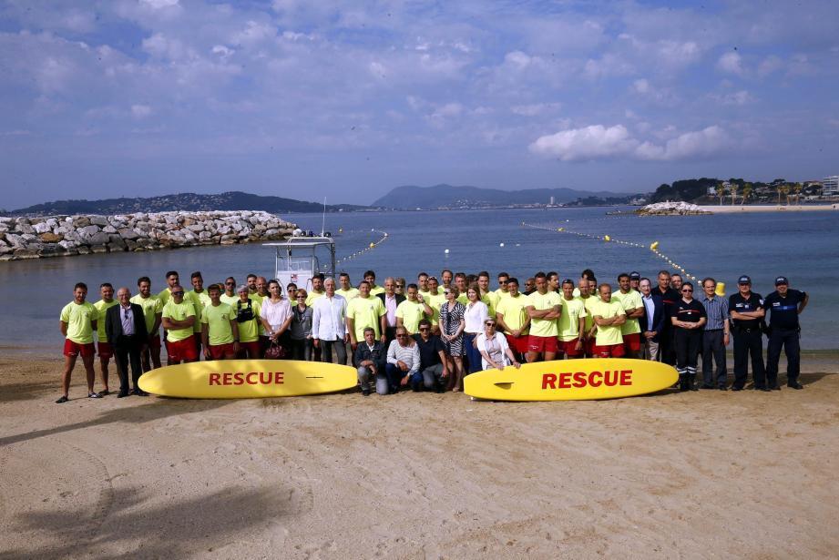 Lancement, hier matin, en présence du sénateur-maire Hubert Falco, de la saison estivale de la surveillance des plages de Toulon, La Garde et du Pradet par les sapeurs-pompiers.