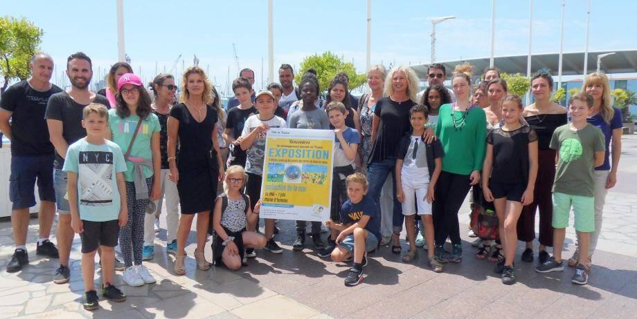 Avant d'embarquer pour visiter le Jean-de-Vienne, les délégués des centres de loisirs et les enfants ont rappelé que leurs affiches sont exposées en mairie d'honneur jusqu'au 7 juin.