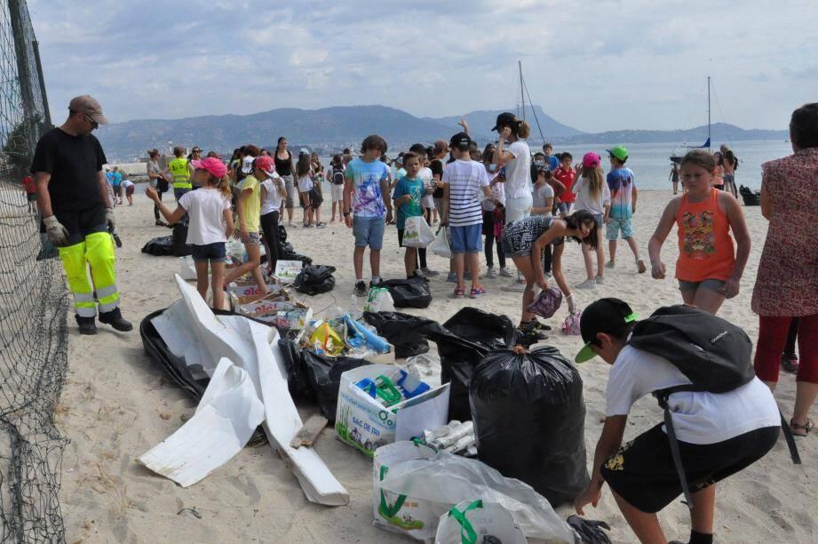 Les écoliers mandréens ont pris part à la mission de nettoyage, hier, plage de  La Vieille.