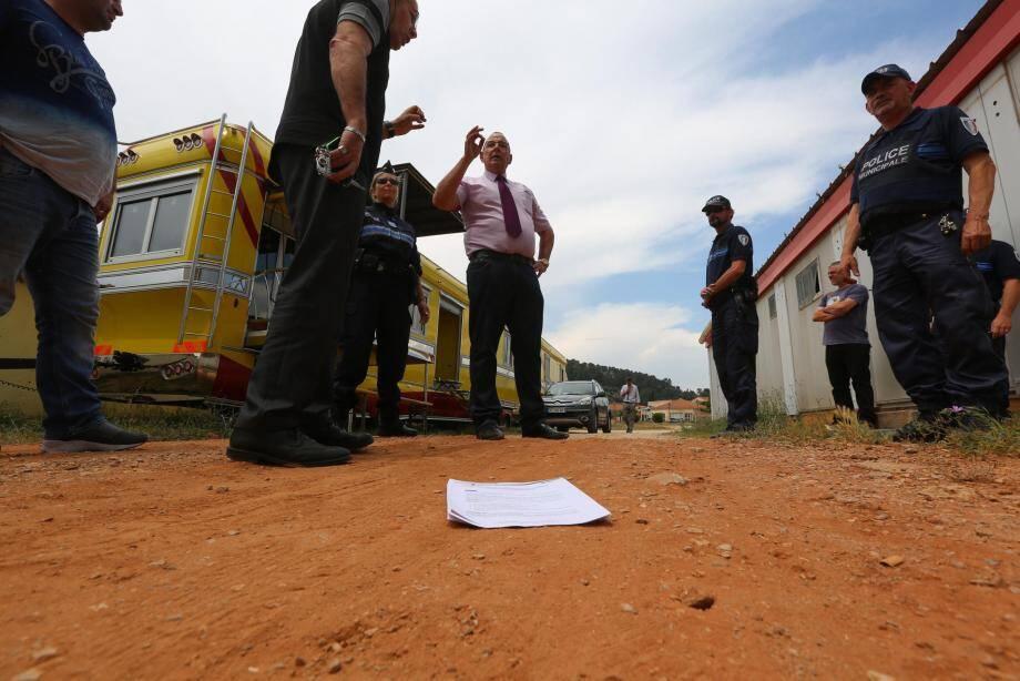 Le maire lucois est venu hier apporter aux gérants du cirque un nouvel arrêté interdisant la tenue des spectacles. Personne n'ayant souhaité recevoir le document en main propre, il a été déposé aux pieds des forains.