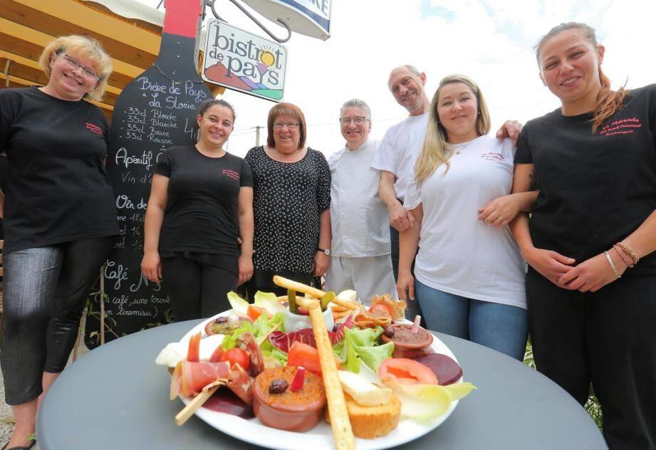 Autour de l'assiette du Bistrot de Pays, à base de produits régionaux, (Pascal Fornaresio au centre) avec son épouse et son équipe du restaurant et de la boulangerie-pâtisserie.