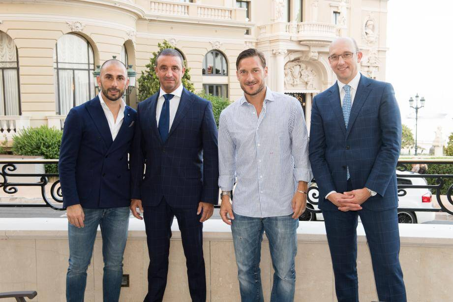 Francesco Totti sur la terrasse du bar américain de l'hôtel de Paris avec l'ancien joueur italien Marco Di Vaio (qui a joué à Monaco), Eric Ferrus et Pascal Camia (à droite), respectivement directeur général adjoint et général manager du casino de la Société des Bains de Mer.