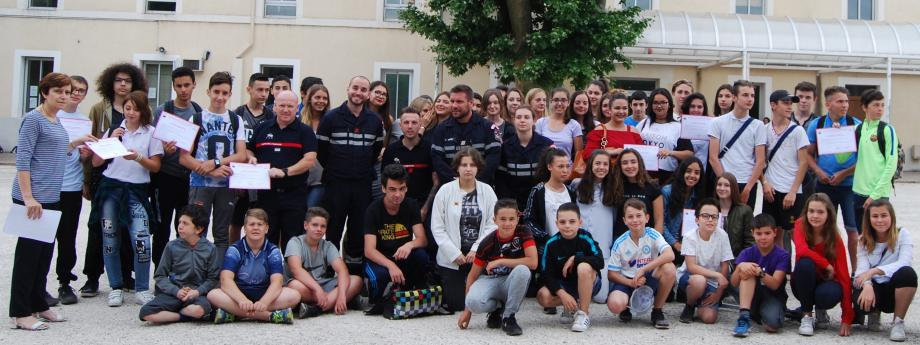 Dans la cour de l'institution Sainte-Marthe les élèves fiers de présenter leur diplôme aux côtés de Michelle Bonicel et des sapeurs pompiers.