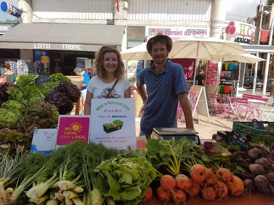 Fanny Prache, représentente de l'association AgribioVar aux côtés de Jérôme, vendeur de fruits et légumes.