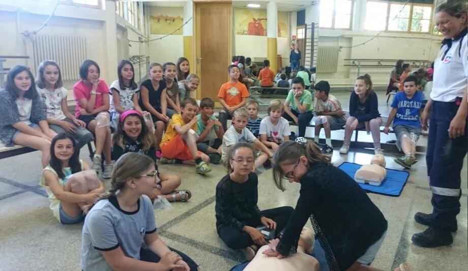 Au groupe scolaire Jean-Jaurès, les CM2 de la classe de Mme Bottai sont en plein exercice de sauvetage sur les précieux conseils de Mireille de la Croix blanche.