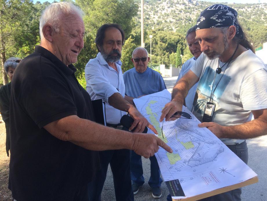 Pierre Valdy (au premier plan) et Maurice Bonjardini examinent avec les riverains mobilisés le plan du projet .