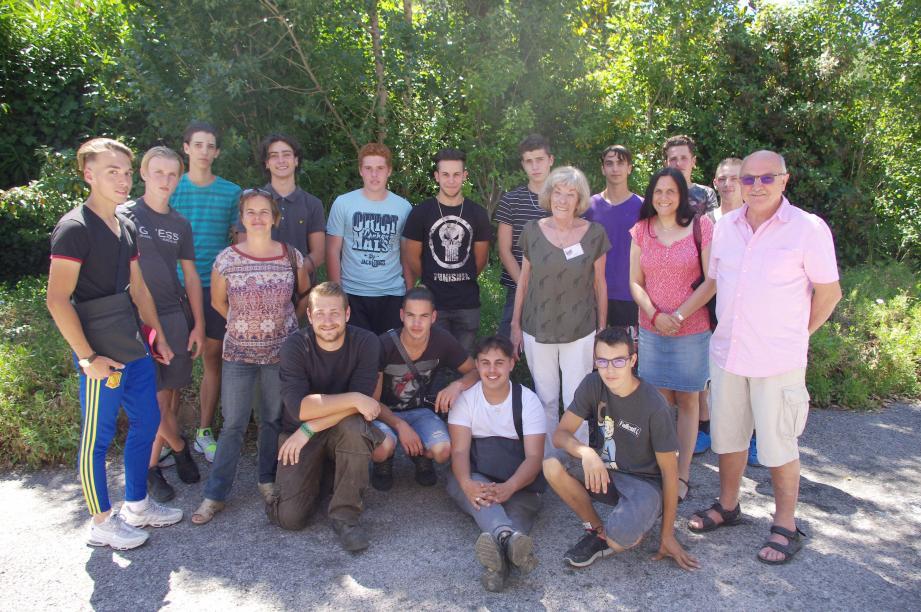 Les élèves de l'UFA et les bénévoles des Restos.