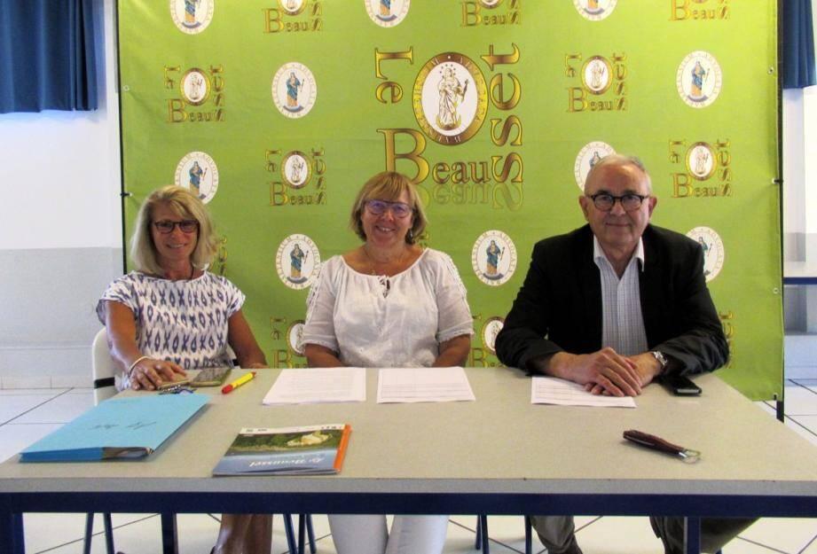 La tribune pendant les travaux... De gauche à droite Monique Mathieu représentant le maire, Maryvonne Santucci présidente, et Gérard Pujol trésorier.
