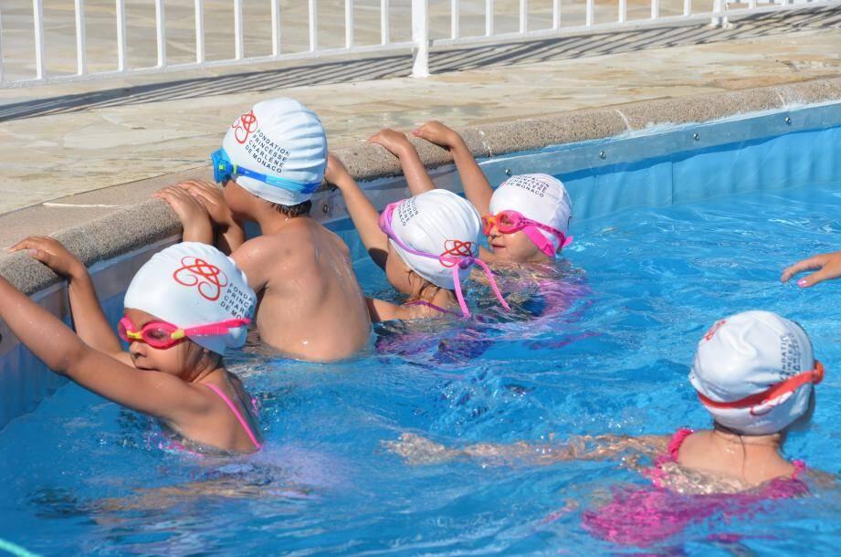 Chaque année depuis 2014, en juin, quelque 350 enfants de La Turbie et des environs apprennent à nager grâce à l'action de la Fondation Princesse Charlène de Monaco.