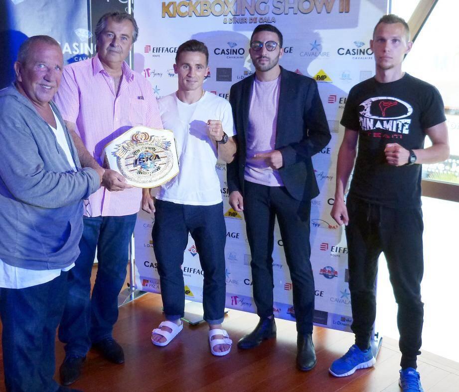 De gauche à droite : Daniel Allouche tenant la ceinture mondiale, le maire, Philippe Léonelli, le champion en titre, Tristan Bénard, l'organisateur Yaccin Berrabah et le challenger Roman Skulskyi.