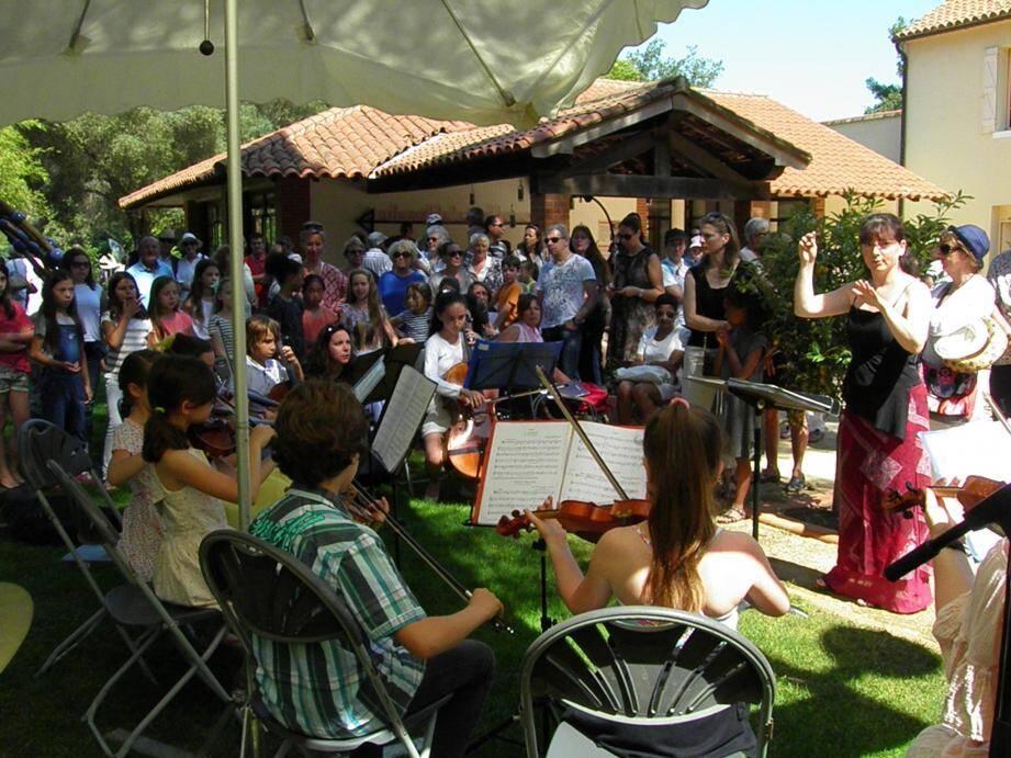 La directrice du Conservatoire de Six-Fours, Laura Laino, invite le public à venir écouter le concert des plus jeunes à l'espace Malraux le mardi 20 juin.